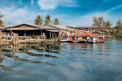 Chumphon, Tajlandia - 9 2014 Luty: Łodzie rybackie przy nabrzeżnymi wioskami rybackimi Przygotowanie denny połów Fotografia Stock