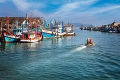 Chumphon, Tajlandia - 9 2014 Luty: Łodzie rybackie przy nabrzeżnymi wioskami rybackimi Przygotowanie denny połów wchodzić do morz Zdjęcie Stock