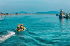 Chumphon, Tajlandia - 9 2014 Luty: Łodzie rybackie przy nabrzeżnymi wioskami rybackimi Przygotowanie denny połów wchodzić do morz Obraz Royalty Free