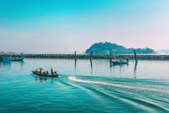 Chumphon, Tajlandia - 9 2014 Luty: Łodzie rybackie przy nabrzeżnymi wioskami rybackimi Przygotowanie denny połów wchodzić do morz Obrazy Stock
