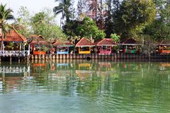 Chumphon, Thaïlande - 9 février 2014 : Huttes de pavillons aux villages de pêche côtiers Pêche maritime de préparation Images libres de droits