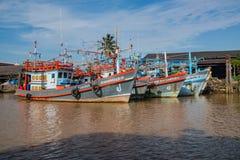 CHUMPHON, THAILAND - JUNI 10: Kleurrijke Houten Visser Boat In Stock Afbeeldingen