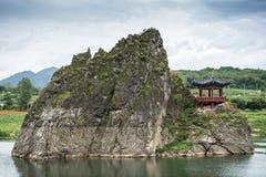 Chungcheongbuk-делает, Южная Корея - 29-ое августа 2016: Dodamsambong 3 каменных пика поднимая из реки Namhangang Стоковые Фото