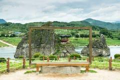 Chungcheongbuk-gör Sydkorea - Augusti 29, 2016: Dodamsambong är tre stenmaxima som stiger ut ur den Namhangang floden Royaltyfria Bilder