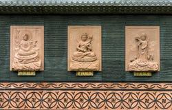 , Chungcheongbuk-tun Südkorea - 29. August 2016: Buddha schnitzte auf der Wand Stockfoto
