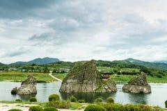 , Chungcheongbuk-tun Südkorea - 29. August 2016: Dodamsambong sind drei Steinspitzen, die aus dem Namhangang-Fluss heraus steigen Lizenzfreies Stockfoto