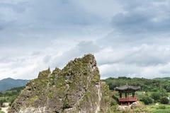 , Chungcheongbuk-tun Südkorea - 29. August 2016: Dodamsambong sind drei Steinspitzen, die aus dem Namhangang-Fluss heraus steigen Stockfoto