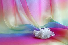 Chunky Quartz Crystal Cluster sul fondo chiffon dell'arcobaleno fotografia stock