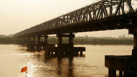 Chuong Duong Bridge in Hanoi op de Zonsondergang vietnam Stock Afbeelding