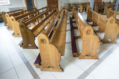Church pews awaiting worshipers to pray Royalty Free Stock Photos