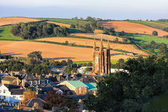 Church in Totnes against countryside in England Stock Image