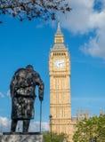 Churchill staty och Big Ben i London Fotografering för Bildbyråer