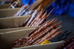 Churchkhela - doces nacionais de Geórgia Brown e pacotes vermelhos de doces naturais fotografia de stock