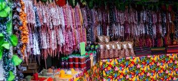 Churchkhela en el mercado callejero en Georgia Churchkhela es un caramelo salchicha-formado tradicional que origina de Georgia fotos de archivo libres de regalías