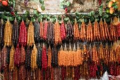 Churchkhela variopinto che appende nel negozio Churchkhela è un alimento georgiano tradizionale Candy a forma di salsiccia fotografia stock