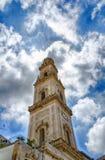 Churchtower e céu nebuloso fotografia de stock royalty free