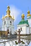 Churchyard em Kiev-Pechersk Lavra na neve Fotos de Stock Royalty Free