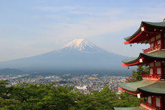 从Chureito塔观看的富士山在Araku 库存图片