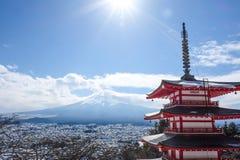Chureito pagod, den röda pagoden i Kawaguchiko med Mount Fuji i bakgrunden Royaltyfri Foto