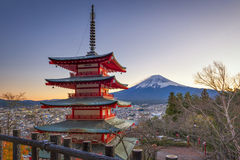 Chureito pagod, Fujisan och Momiji på sjön Kawaguchiko Arkivfoto