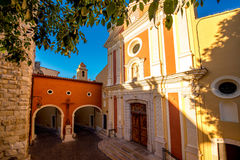 Churh i den Antibes byn royaltyfria foton