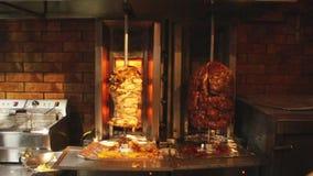 Churrasco de Shawarma com carne das galinhas vídeos de arquivo