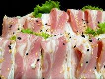 Churrasco e assado - a corrediça a barriga de carne de porco em tiras finas, pôs sobre uns pires pretos com, decorado com os legu foto de stock