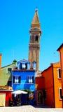 Churrch di Burano e casa variopinta fotografia stock libera da diritti