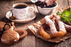 Churros、咖啡和热巧克力 免版税图库摄影