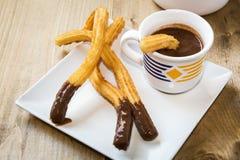 Churros用热巧克力和糖 免版税库存图片