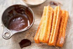 Churros用糖和巧克力汁 库存照片