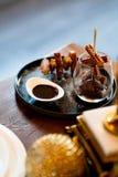 Churros élégant avec du sucre et la crème au chocolat sur l'affichage de fantaisie en gastronomie en verre et de plat étroitement photos libres de droits