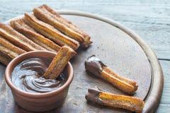 Churros -著名西班牙点心用巧克力汁 图库摄影