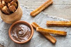 Churros -著名西班牙点心用巧克力汁 库存图片