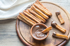 Churros -著名西班牙点心用巧克力汁 库存照片