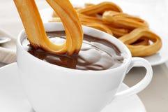 Churros avec du chocolat Images stock
