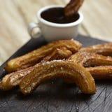 Churros bedriegt chocolade, een typische Spaanse zoete snack Royalty-vrije Stock Foto's