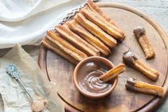 Churros - berühmter spanischer Nachtisch mit Schokoladensoße Lizenzfreie Stockfotos
