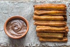 Churros - berühmter spanischer Nachtisch mit Schokoladensoße Stockfotografie
