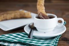 Churros-Betrugschokolade, ein typischer spanischer süßer Snack Lizenzfreie Stockbilder