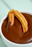 Churros-Betrugschokolade, ein typischer spanischer süßer Snack Lizenzfreie Stockfotos