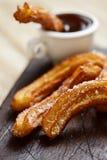 Churros-Betrugschokolade, ein typischer spanischer süßer Snack Lizenzfreies Stockbild