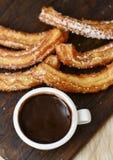 Churros-Betrugschokolade, ein typischer spanischer süßer Snack Lizenzfreie Stockfotografie