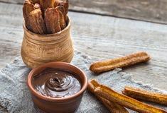 Churros - dessert espagnol célèbre avec la crème au chocolat Photographie stock libre de droits