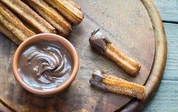 Churros - dessert espagnol célèbre avec la crème au chocolat Photos libres de droits