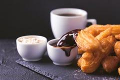 Churros espagnols traditionnels de dessert avec du chocolat chaud et le coffe Image libre de droits