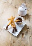 Churros med varm choklad Arkivbild