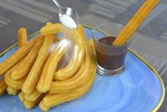 Churros mit einer Schale der Nahaufnahme der heißen Schokolade stockbild