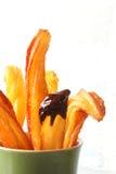 Churros mit Schokoladenteigwarennachtisch Stockfotografie