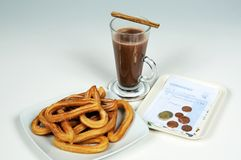 Churros y chocolate caliente. Foto de archivo libre de regalías